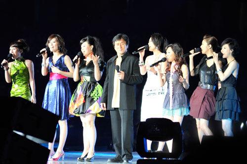 众多明星嘉宾助阵成龙演唱会